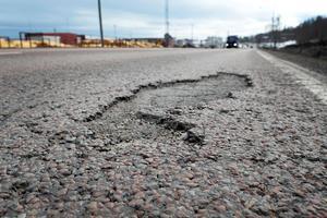 Även skador på vägar, till exempel potthål och sprickor, ser att att bli omfattande.