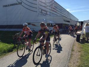 Starten har gått och målet är Åmål. 60 mil återstår att cykla.