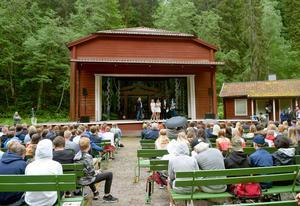 Många elever fick diplom och utmärkelser.