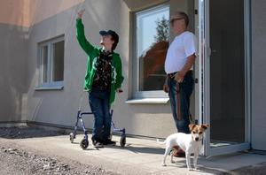 Uteplatsen blir bra för både Andreaz Fahlberg och hunden Bobby, när han kommer på besök tillsammans med pappa Lars.