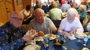 Olle Edlund, Sven Erik och Berit Bergander låter sig väl smaka av läckerheterna.
