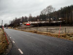 På marken finns i dag två villor och en förrådsbyggnad. Den sistnämnda vill Viksbergs fastigheter riva.