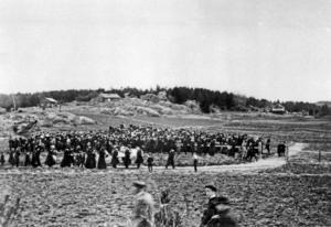 Nynäshamns kyrkogårds första begravning hölls söndagen den 24 mars 1918. Kyrkogården inrättades i Backlura, där det då endast fanns några torp som vette vid åkrar. Foto: Nynäshamns bildarkiv