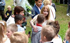 Fröknarna Ingela Bergkvist och Sara Flodin hade kramkalas med sina elever som gått ut lågstadiet.