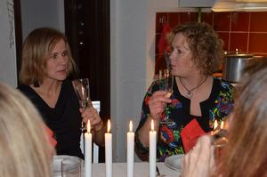 Ulrika Eriksson, till höger, hälsar alla välkomna till bords. Karin Åström är till vänster i bild.