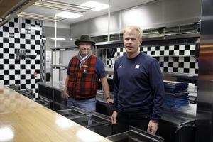 Jonas Persson och Fredrik Ekman är redo att möta vinterns anstormning av gäster på Pinchos vid Sälfjällstorget.