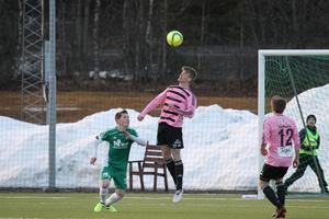 Alexander Nilsson Ihrén når högst i nickduellen.