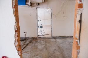 Det återstår en hel del rivning- och snickeriarbete innan lägenheterna är klara.