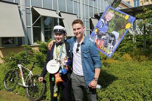 Erik Holkko gratulerades av storebrorsan Johan Holkko efter att ha tagit studenten från Göranssonska skolan i Sandviken.