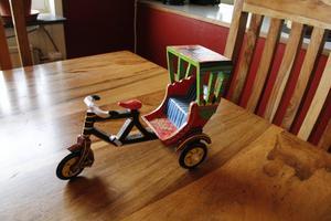 Överallt finns saker som Zandra tagit med hem från sina många resor. Denna cykel-riksha kommer från Indien.