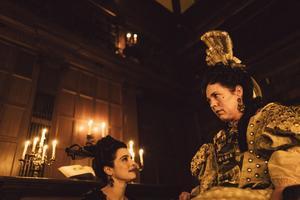 Drottningen (Olivia Colman) och hennes förtrogna Lady Sarah (Rachel Weisz i