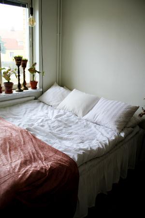 Vitt och rosa även i sovrummet.