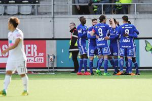 Romain Gall kramas om av sina lagkamrater efter att ha kvitterat mot Dalkurd på Gavlevallen.Foto: Mats Åstrand / TT