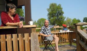 Astrid Sävström och Göran Åsberg bor i Hamra, på landskapsgränsen mellan Dalarna och Hälsingland. De närliggande skogsbränderna gör att de hela tiden är på sin vakt.