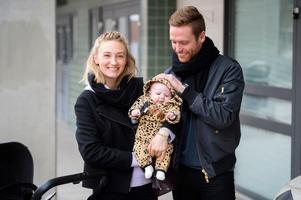 Moa Orseen och David Myrestam med nya familjemedlemmen Ture utanför Idrottsparken.