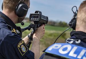 En polis kontrollerar hastigheten hos ett fordon med en laser. När insändskribenten kom åkandet så ledde hans hastighet till att körkortet drogs in. FOTO: Johan Nilsson/TT