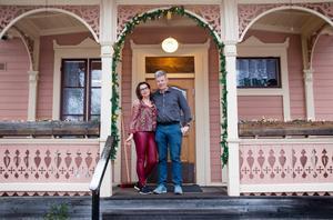 """Irene och Peter Westerlund utanför huset i Kärrgruvan, Norberg. Fem barn har bott här, två bor kvar hemma. Huset börjar kännas stort, men: """"Här blir vi kvar."""""""