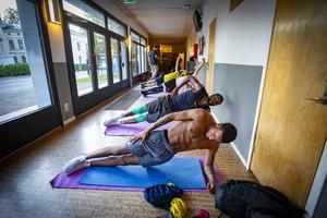 Det är hård träning i Karlbergshallens korridor före och efter spelträningen i hallen. Det är den oglamorösa sidan av basketen i Köping. När den nya sporthallen är klar förändras kanske förutsättningarna. Foto: Lennye Osbeck