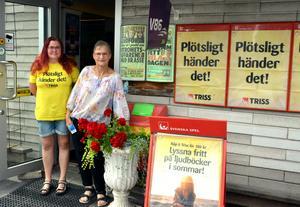 Elin Persson och Katharina Karlsdotter på Karl-Axels kiosk har fullt upp på dagarna och de förvånas inte över ö-bornas stora politiska intresse.
