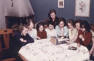 1950-tal. Flickor spelar grammofon. Bildkälla: Örebro stadsarkiv/okänd fotograf