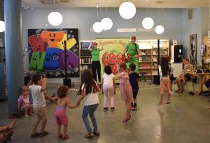 Nora och Bosse Sjöbom får barnen att dansa och hoppa i takt till musiken.