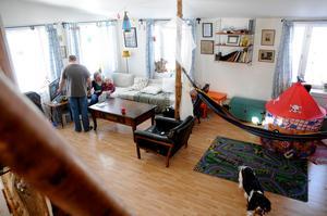 """Vardagsrummet är på 30 kvadrat och rymmer både en soffdel och en lekdel. """"Det är lika stort som min lägenhet i Uppsala"""", säger Emelie. Foto: Sara Adelhult."""
