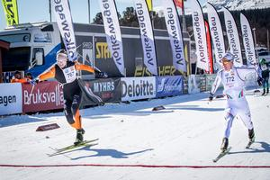 Det var tajt ända över mållinjen i herrarnas tremil mellan Oskar Svensson och Piteås Johan Häggström. Foto: Jocke Lagercrantz.