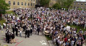 Många studenter har passerat under årens lopp  på gymnasiet, fd Ångströmskolan och en gång i tiden Teknis. Här är det studentexamen 2002. Foto: Eleonor Bölenius