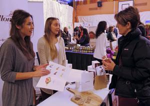 Eva Jilkén, marknadssamordnare vid Mjälloms tunnbröd, och Victoria Ullsten, fjärde generationen i företaget, bjuder Rose-Marie Hållberg från Örnsköldsvik på ett smakprov.