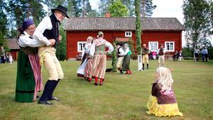 Salaortens folkdansgille bjöd på en dansuppvisning runt midsommarstången vid hembygdsgården i Öja utanför Sala.