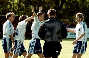Richard Larsson (längst till höger) i Rynninges tröja i ett division 2-derby mot hans förra klubb Degerfors IF. Mathias Alperud jublar tillsammans med bland annat Per Karlsson.