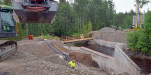 En ny broförbindelse är på väg att växa fram över Draggån.