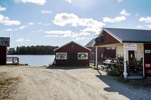 Norrfjärden är ett mindre fiskläge med vackra omgivningar. Här kan man fika i det gamla ombyggda ismagasinet där Cafè Skäret huserar. De håller öppet från 29 juni till 4 augusti.