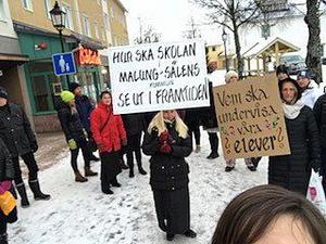 Ett 30-tal demonstranter protesterade protesterade mot nedskärningarna inom skolan.
