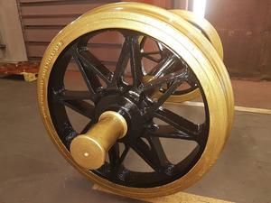 Mc-museets nya gyllene hjul – en massiv hjulaxel från 1942 – sponsrat av Surahammars Frakt och Lucchini.