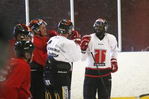 Muzito-Bagenda i samtal med nygamle lagkamraten Gustav Backström. De båda spelade ihop i Modo på hockeygymnasiet.