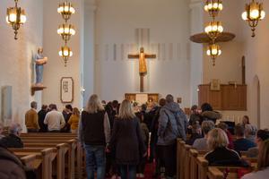 Många var på plats i Nynäshamns kyrka på söndagen, när en minnesceremoni hölls för Simon Gustafsson.