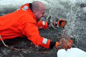 Att hamna i iskallt vatten kan vara obehagligt. Men det är viktigt att hålla sig lugn och inte agera i panik.