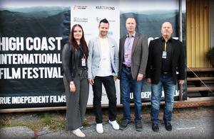 Tomi Saarijärvi, andra från vänster, med sina medarbetare.