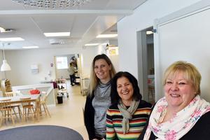 Rose-Mari Bogg (C), Inga-Lena Spansk och Katarina Fridén inne i den nya förskolan.