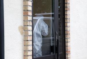 Det var i somras som kvinnan misshandlades till döds i sin lägenhet. I lägenheten fanns vid tillfället också parets båda barn.