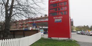 Skribenten tycker att bensinskatten måste höjas ännu mer.