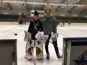Sara Grahn är landslagsmålvakt och spelar i Luleå till vardags. Samuel Ersson spelar i Brynäs. Båda är ursprungligen från Falun. Inför hockeyskolan de varit instruktörer för särskilda målvaktsträningar under sju söndagar på Lugnet.