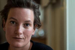 Agnes Lidbeck arbetar som analytiker i Stockholm och säger att hon passar på att skriva i tunnelbanan och i mataffärskön, och på nätterna när barnen sover. Foto: Peter Hedljung