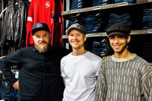 Från vänster: Marcus Jernberg, regionchef, Johan Sjöblom, butikschef och Ibrahim Sangali, butikssäljare vid klädbutiken Carlings.