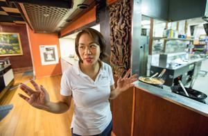 Caren berättar att  Coco Thai var den första restaurangen med öppet kök i Örebro. Gästerna kan se när maten tillagas.