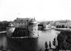 Här har vi en tydligare bild över Slottet. Det är sig likt, men hade mer växtlighet omkring sig för 100 år sedan. Foto: Örebro stadsarkiv
