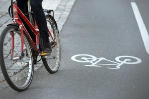 Nynäshamns kommun borde beakta att en del invånare vill cykla till arbeten och pendeltågsstationer, menar insändarskribenten.