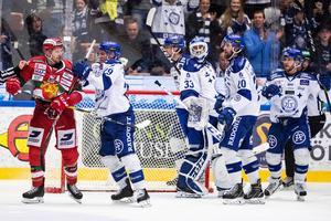 Leksandsmålvakten Axel Brage var i hetluften mot Mora på onsdagskvällen – och tillbaka som vinnare. Foto: Daniel Eriksson/Bildbyrån.