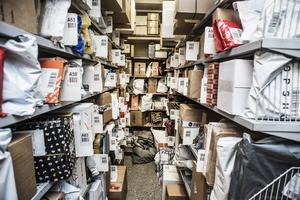 Postnords paketutlämning i centrala Östersund känns inte säker ur smittosynpunkt, skriver Albertina.